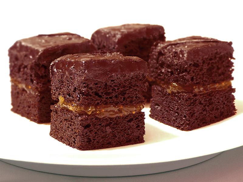 Torta al cioccolato fondente soffice e umida con ganache al ...